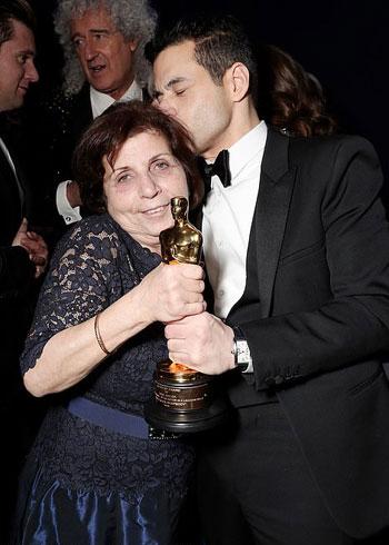 رامى-مالك-مع-والدته