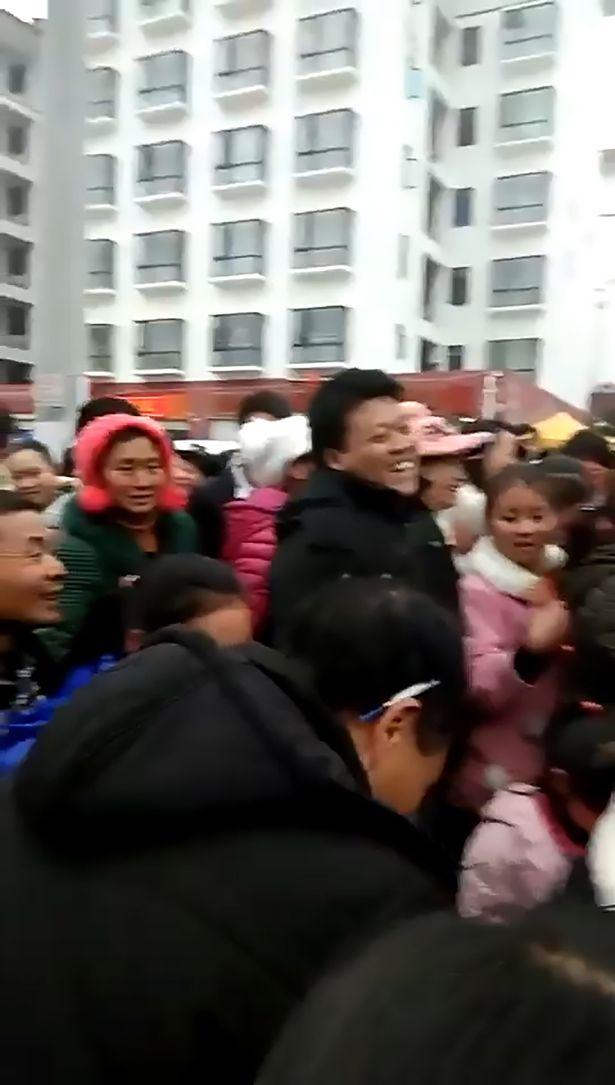 تجمع عدد من المواطنين لمشاهدة الزوج وعشيقته بعد انتقام الزوجة