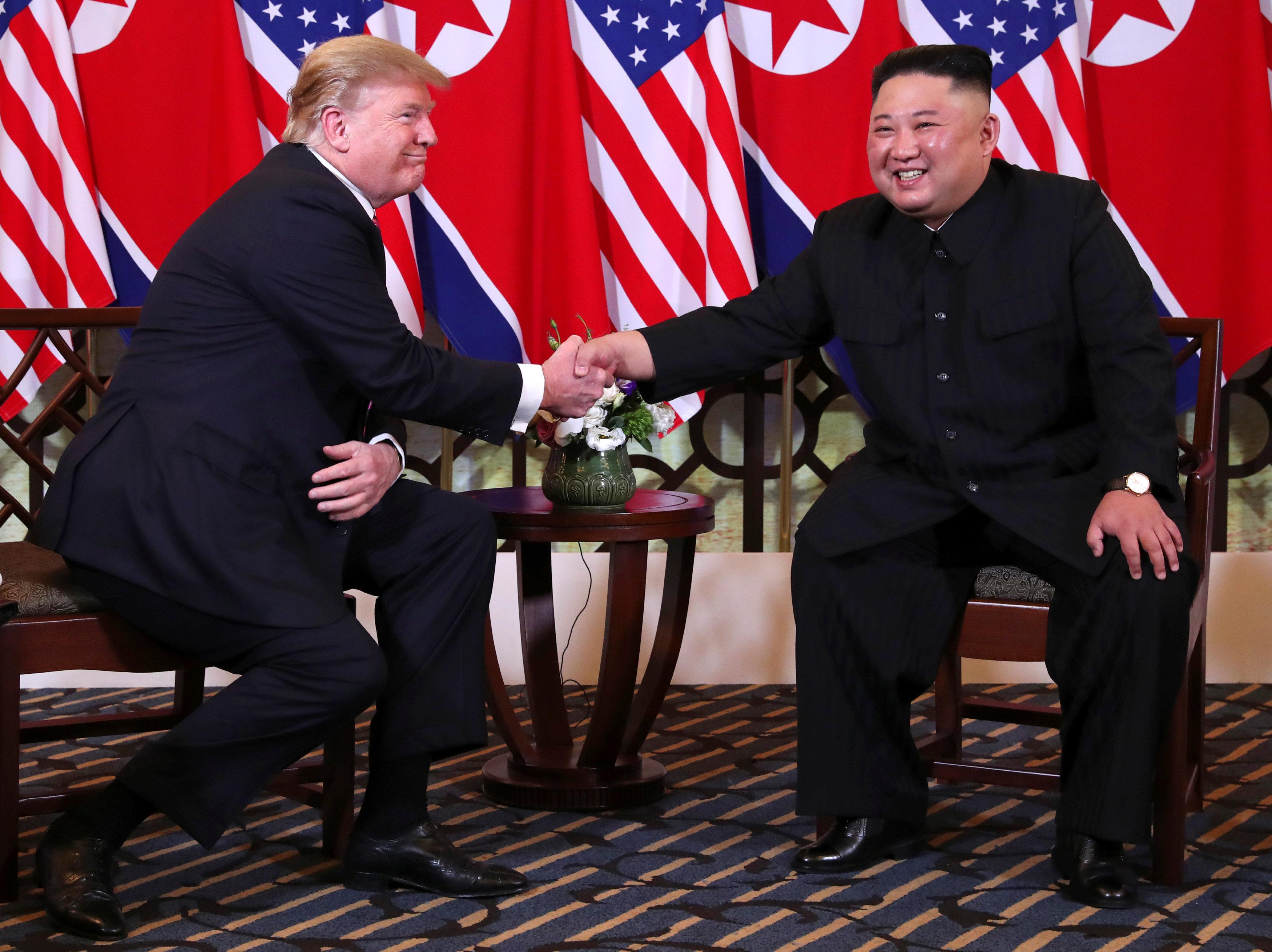 الرئيس الأمريكى يصافح زعيم كوريا الشمالية