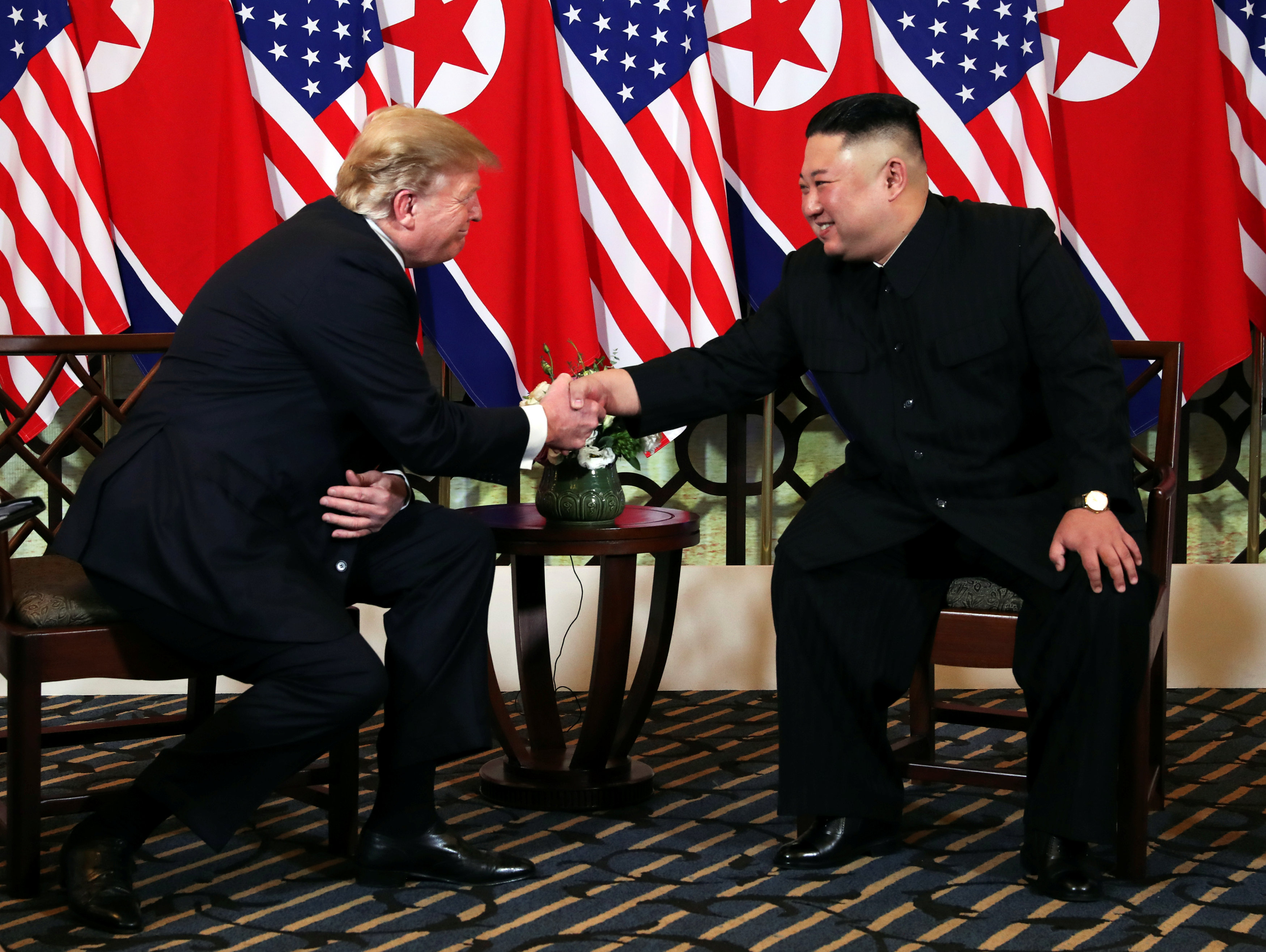 الزعيمان يتصافحان فى مستهل قمتهما فى فيتنام