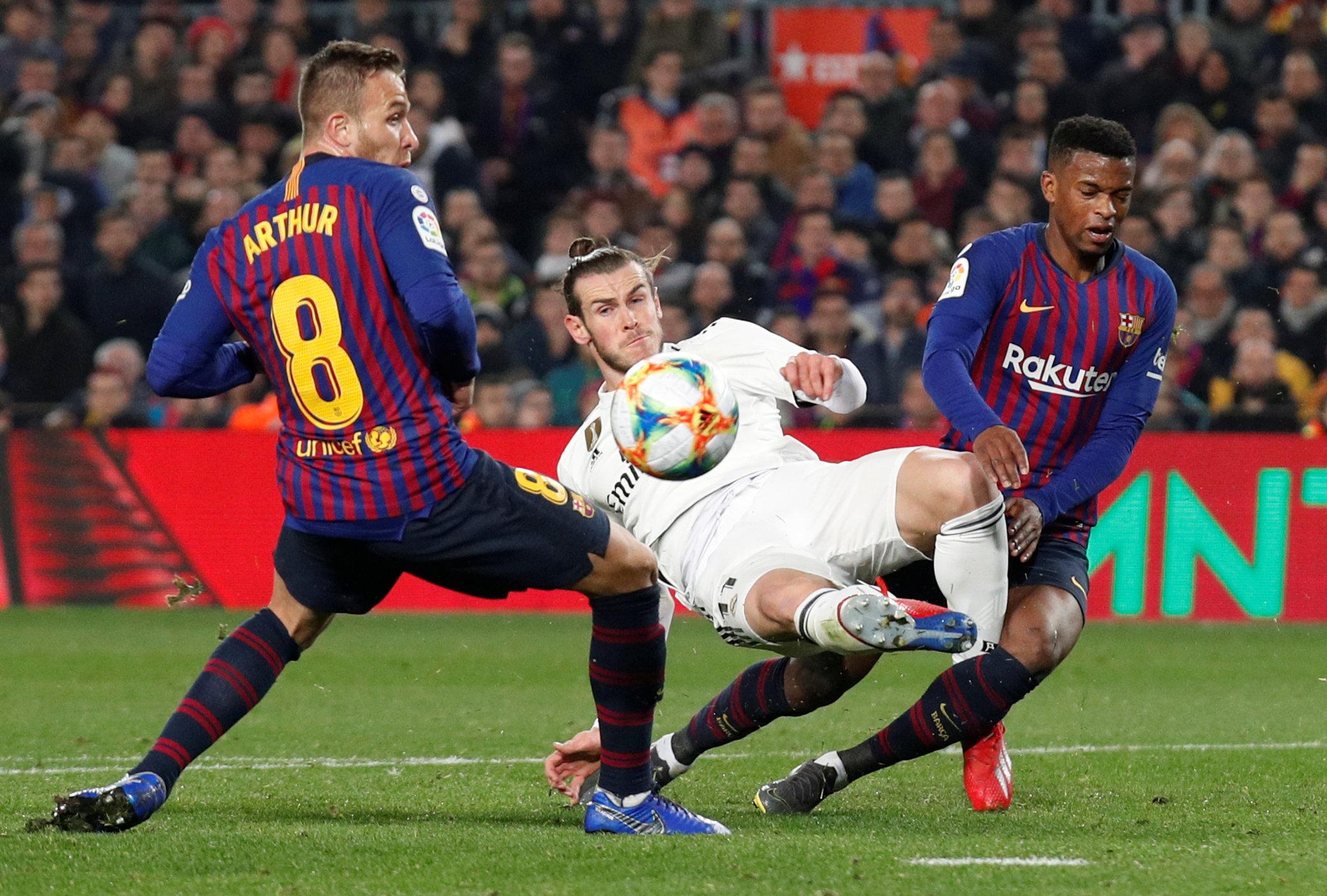 بيل محاصر بمدافعى برشلونة