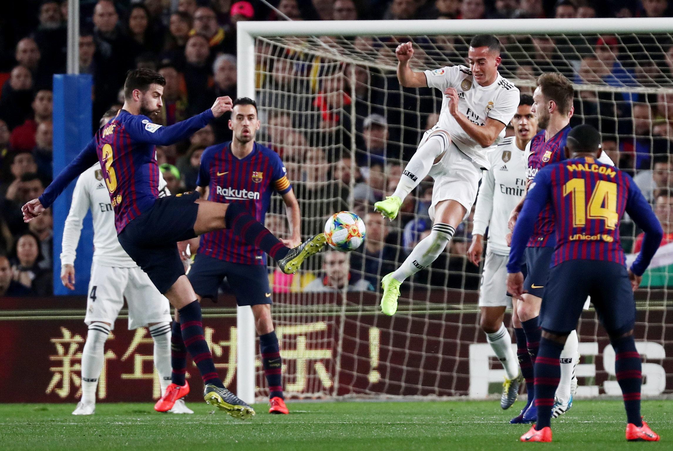 صراع بيكيه وفاسكيز على الكرة تحت أنظار اللاعبين