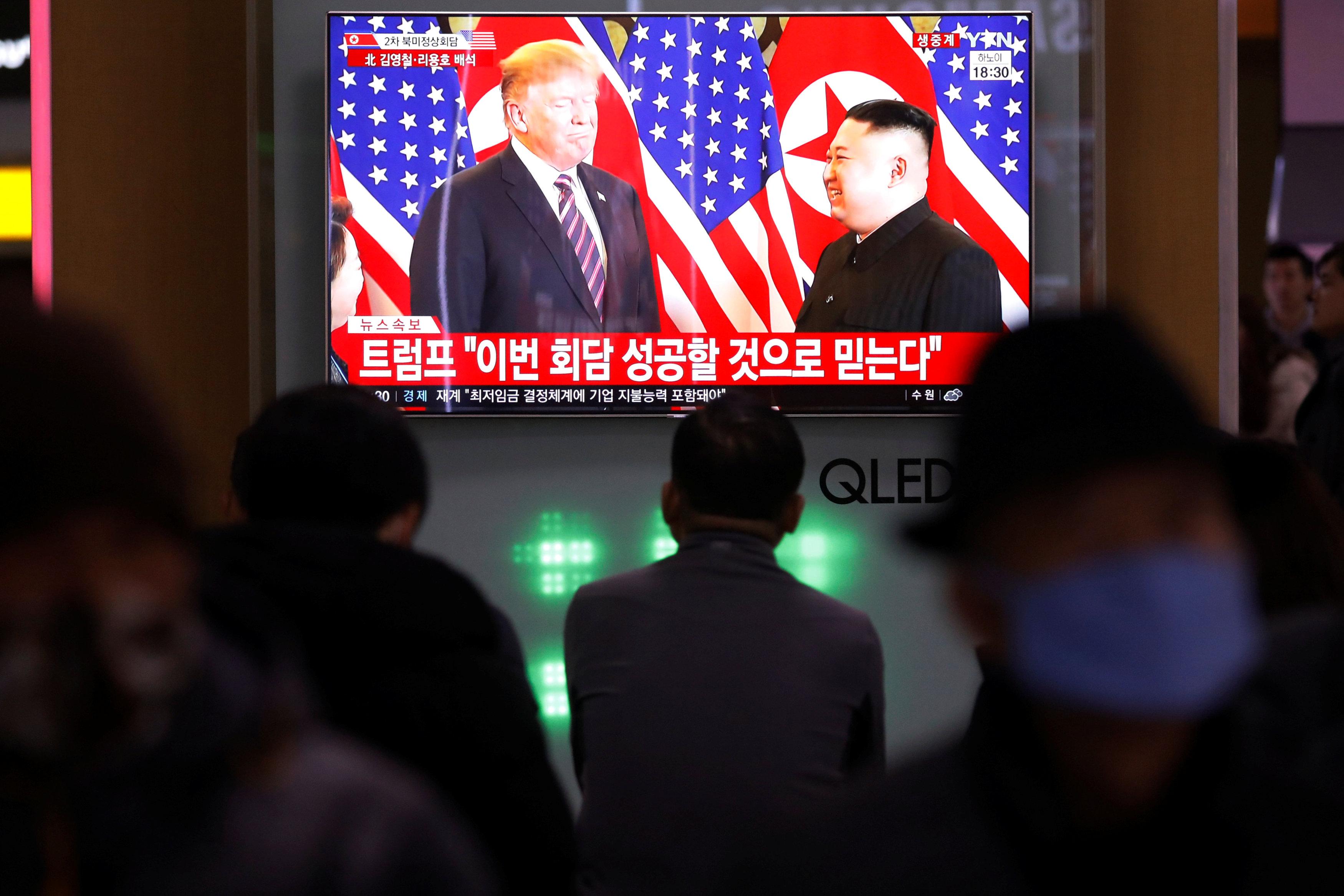 مواطنون فيتناميون يحتشدون لمتابعة القمة الأمريكية الكورية فى الميادين والشوارع
