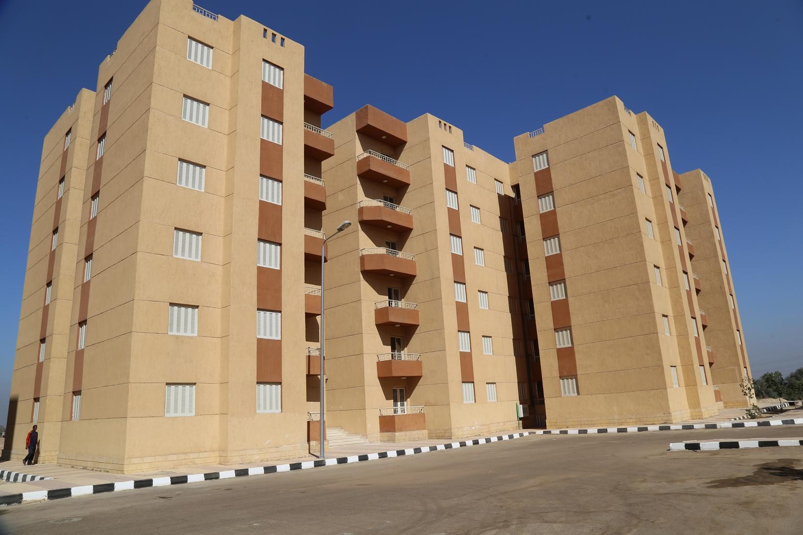 محافظ قنا يسلم عقود 112 وحدة سكنية بالترامسة للمواطنين (3)