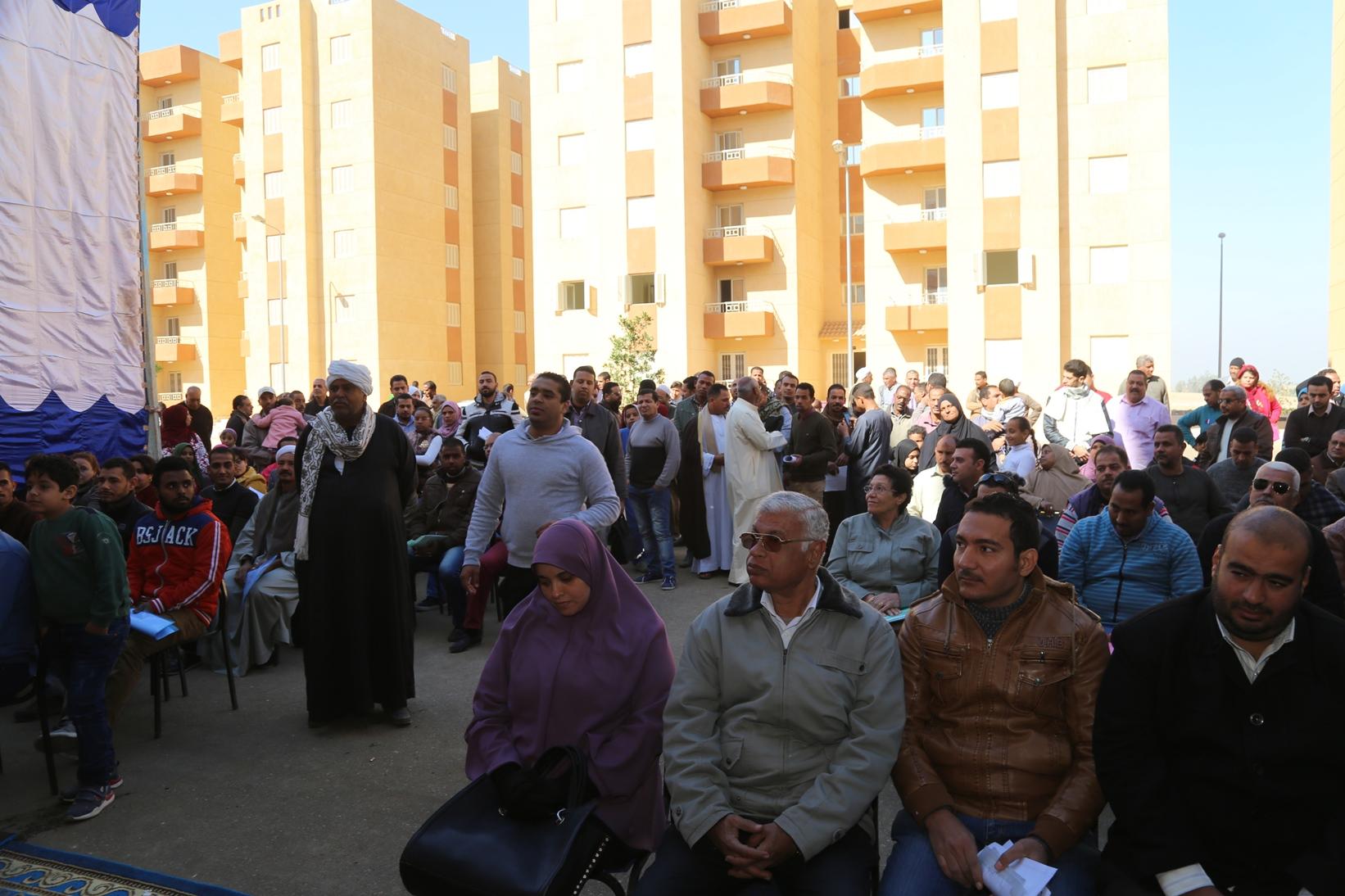 محافظ قنا يسلم عقود 112 وحدة سكنية بالترامسة للمواطنين (1)