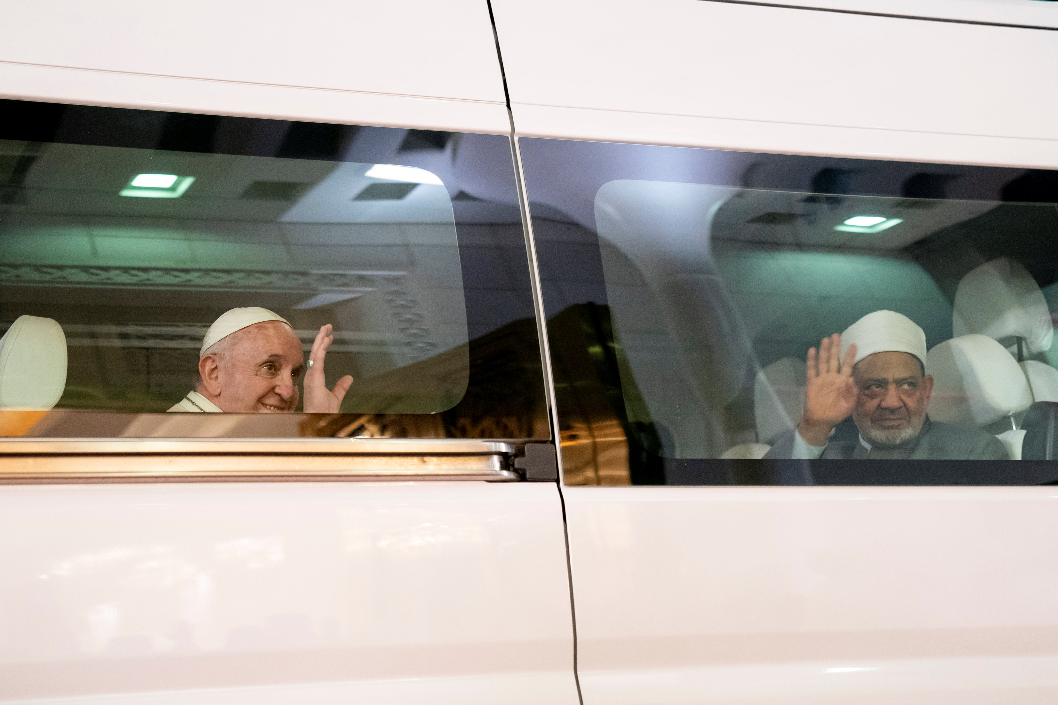 شيخ الأزهر فى استقبال بابا الفاتيكان فى الإمارات