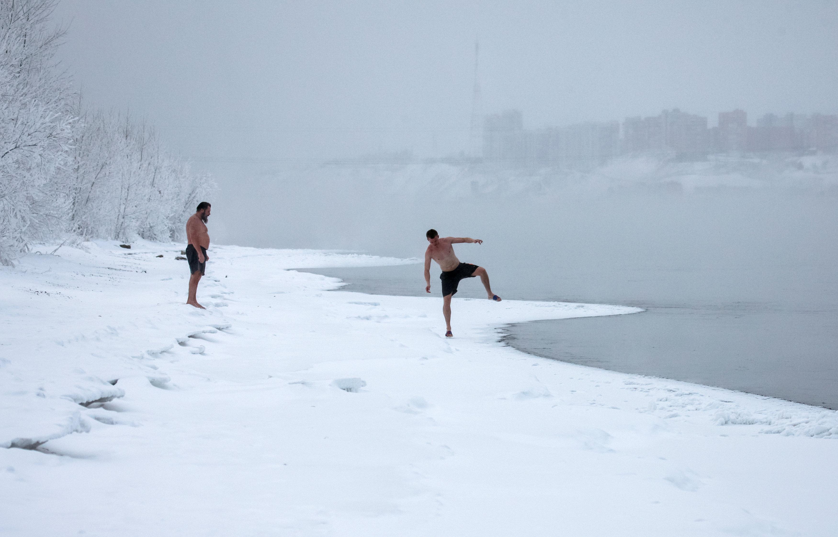روس يتحدون الصقيع و يسبحون فى درجة حرارة تحت الصفر (2)