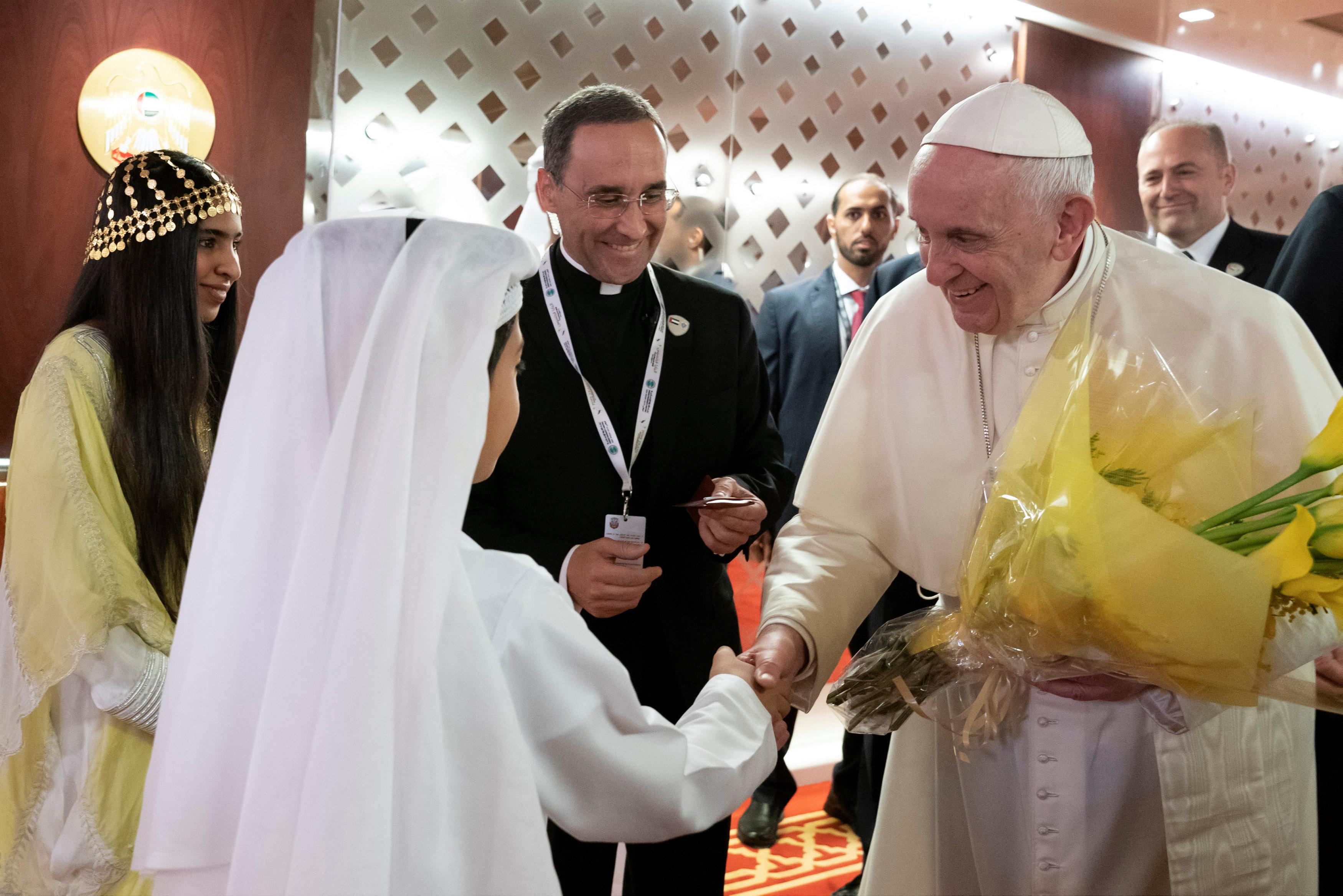 بابا الفاتيكان يحمل بوكية ورد فى الإمارات