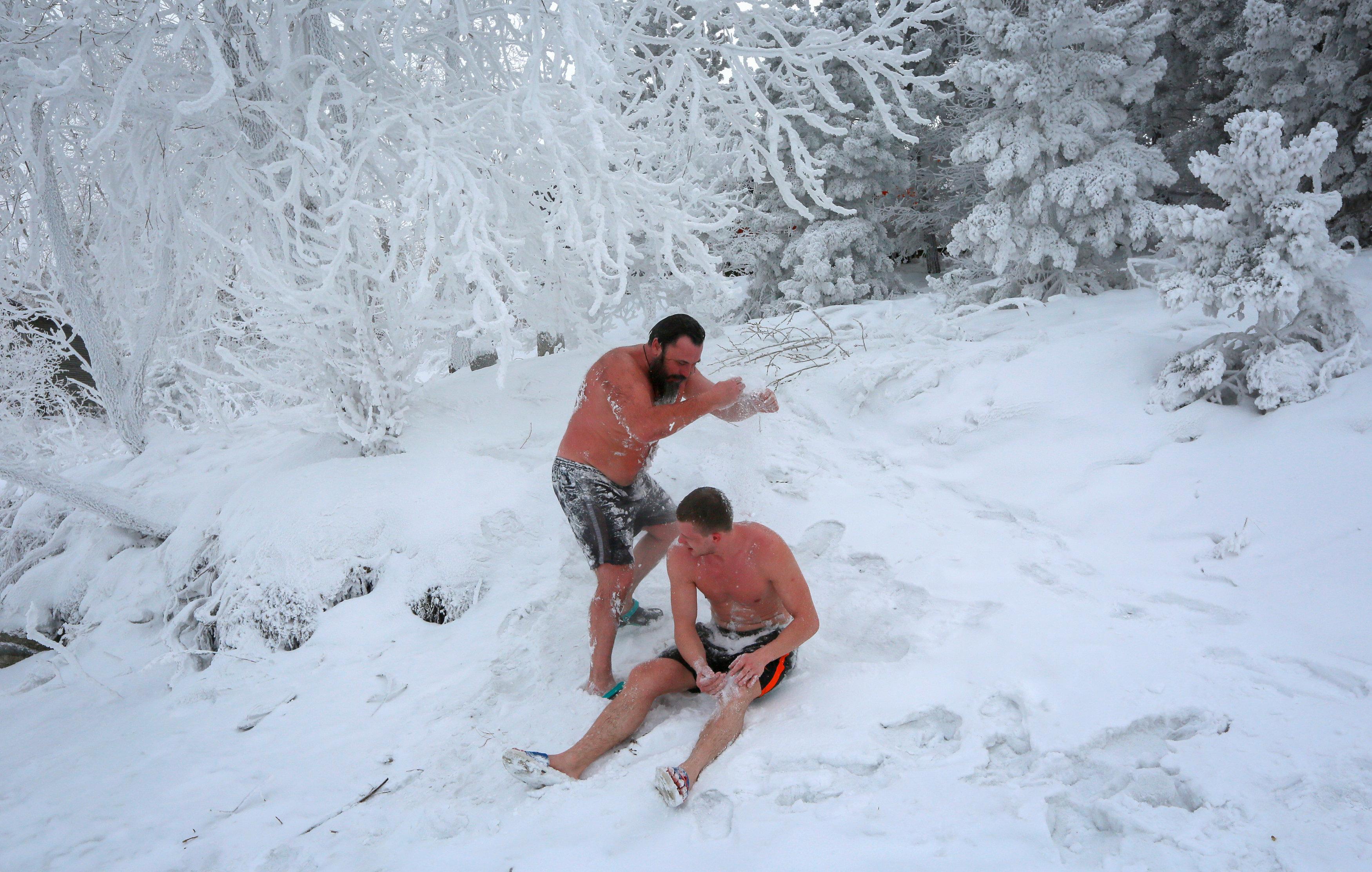 روس يتحدون الصقيع و يسبحون فى درجة حرارة تحت الصفر (5)