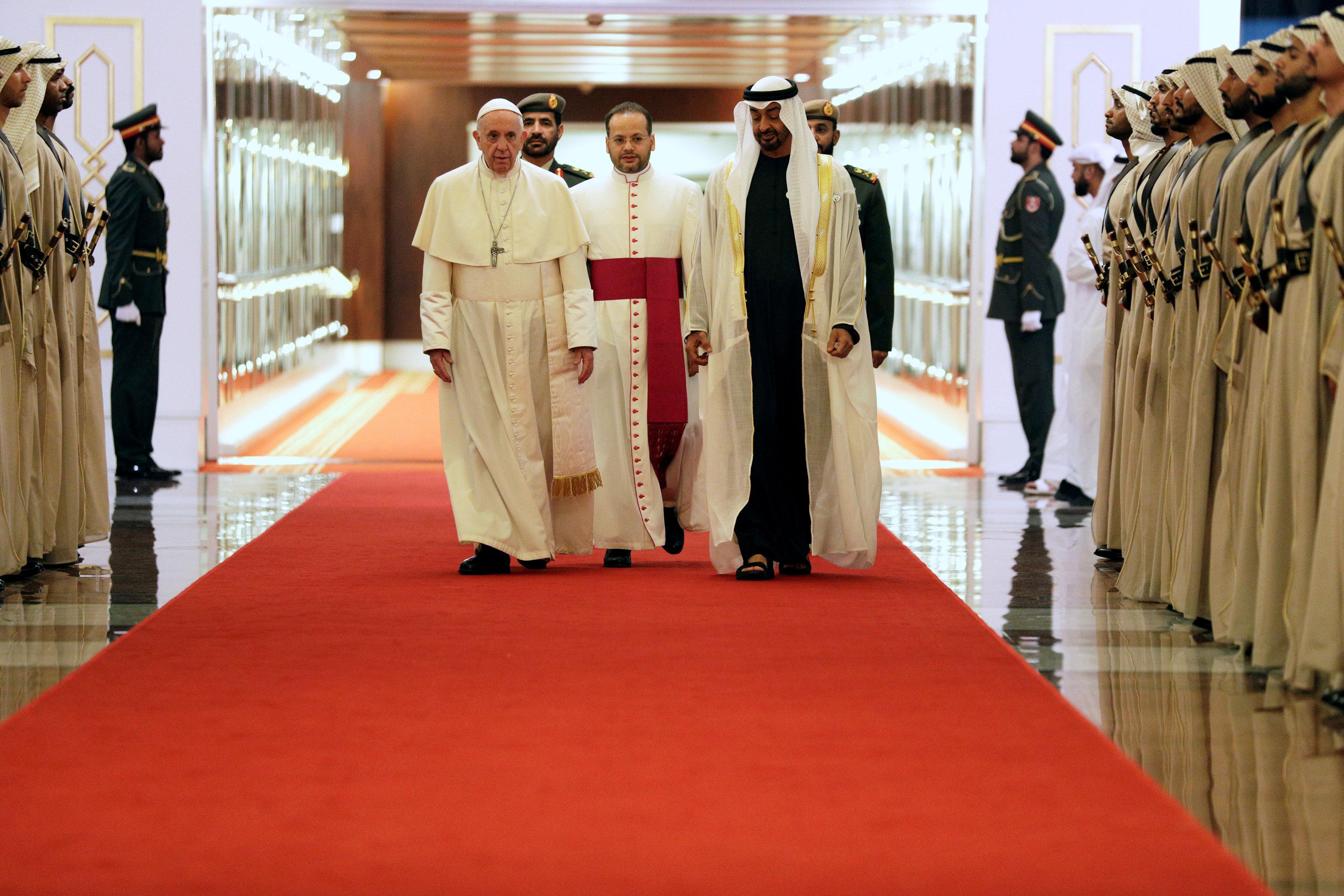 الشيخ محمد بن زايد فى استقبال بابا الفاتيكان