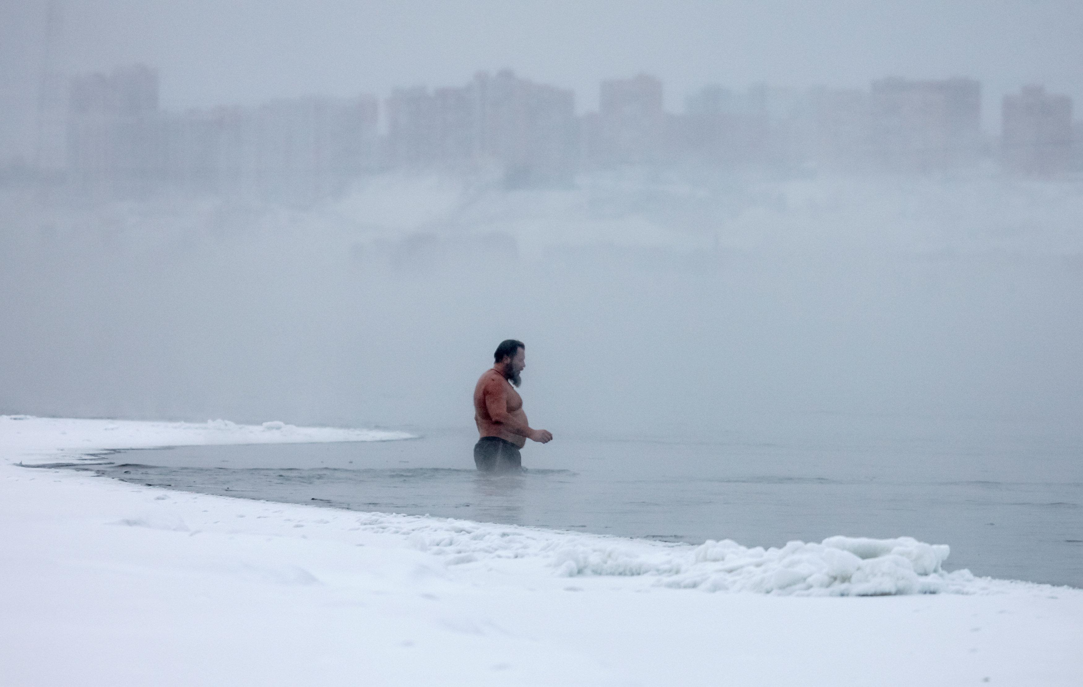 روس يتحدون الصقيع و يسبحون فى درجة حرارة تحت الصفر (1)