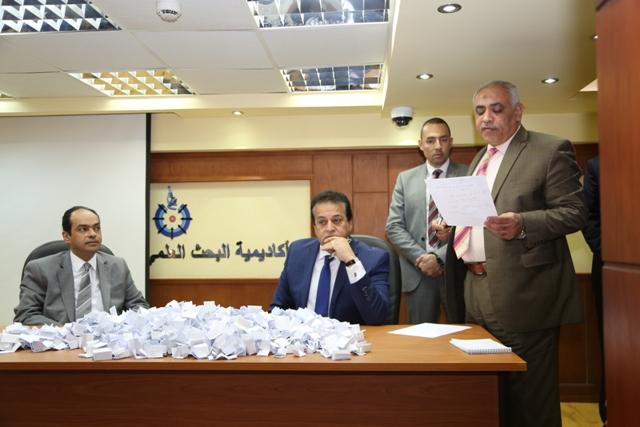 وزير التعليم العالى يقدم عدد 10 عمرات هدية للعاملين (1)