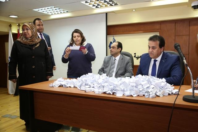 وزير التعليم العالى يقدم عدد 10 عمرات هدية للعاملين (3)