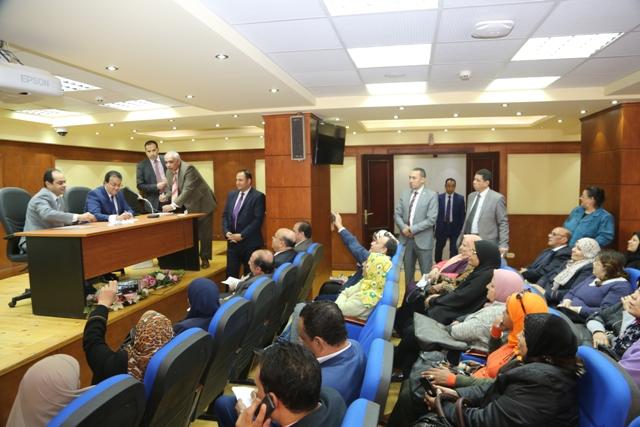 وزير التعليم العالى يقدم عدد 10 عمرات هدية للعاملين (2)