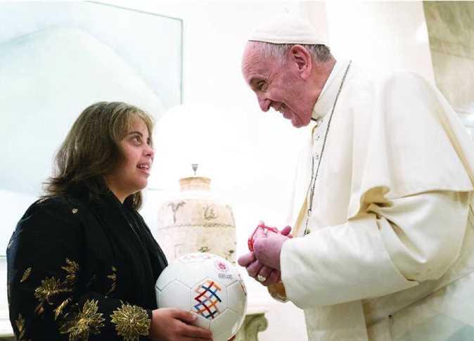 البابا يوقع على الكرة