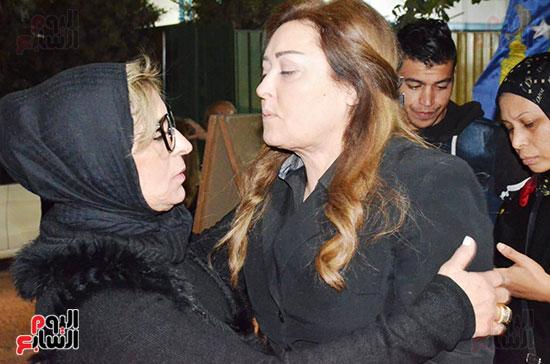 عزاء والدة الفنانة نهال عنبر (70)