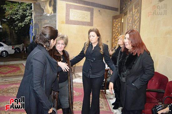 عزاء والدة الفنانة نهال عنبر (63)