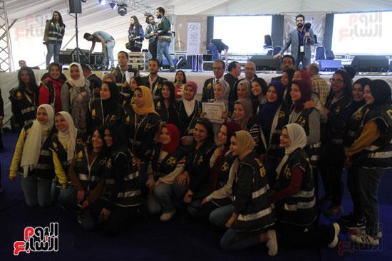 تكرم الشباب المتطوعين فى ختام اليوبيل الذهبى لمعرض الكتاب  (1)