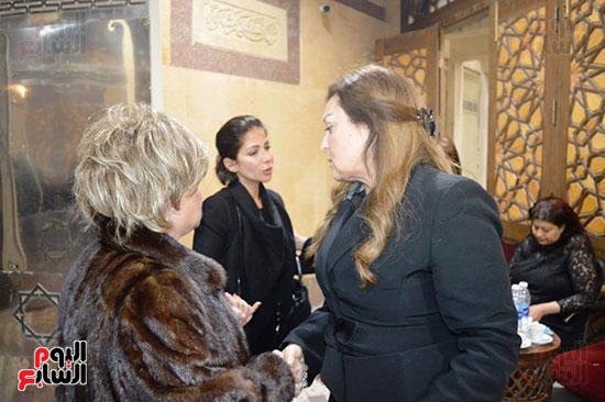 عزاء والدة الفنانة نهال عنبر (67)