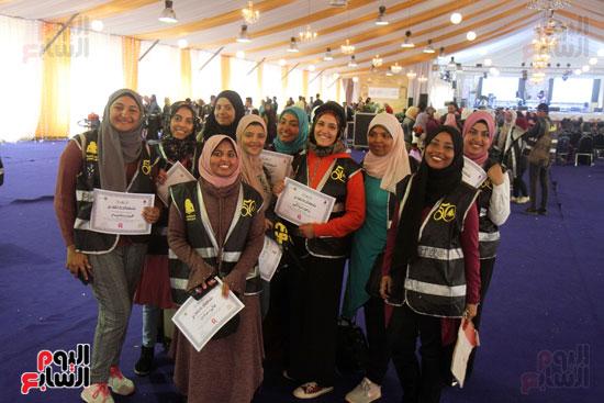 تكرم الشباب المتطوعين فى ختام اليوبيل الذهبى لمعرض الكتاب  (11)