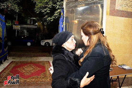 عزاء والدة الفنانة نهال عنبر (59)