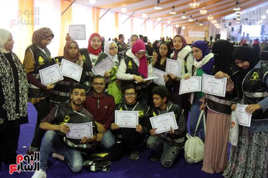 تكرم الشباب المتطوعين فى ختام اليوبيل الذهبى لمعرض الكتاب  (12)