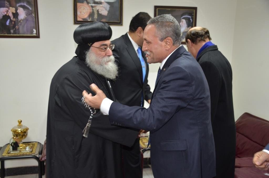محافظ الإسماعيلية ومميش يستقبلان البابا تواضروس الثانى (2)