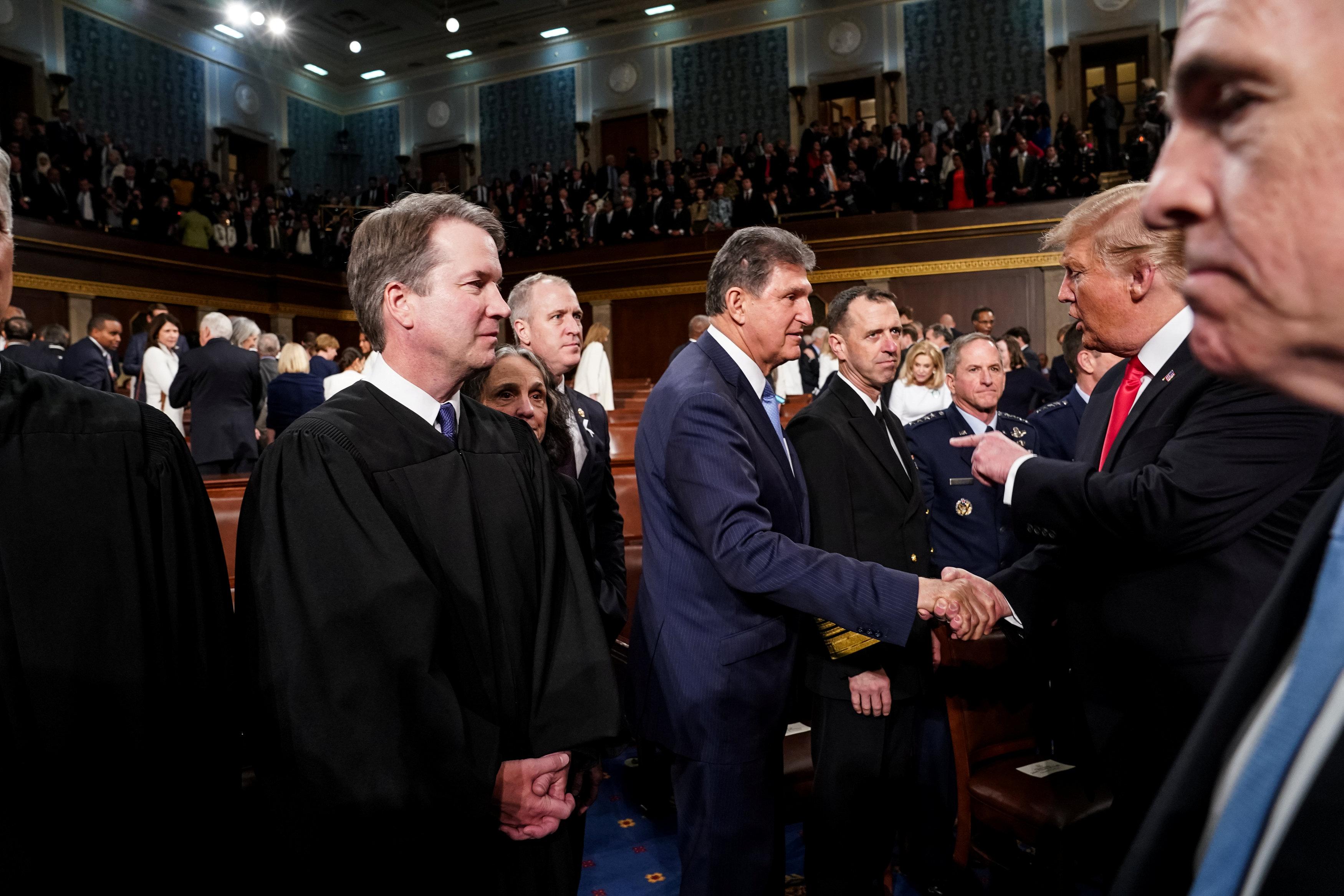 الرئيس الأمريكى يصافح عضوا بالكونجرس