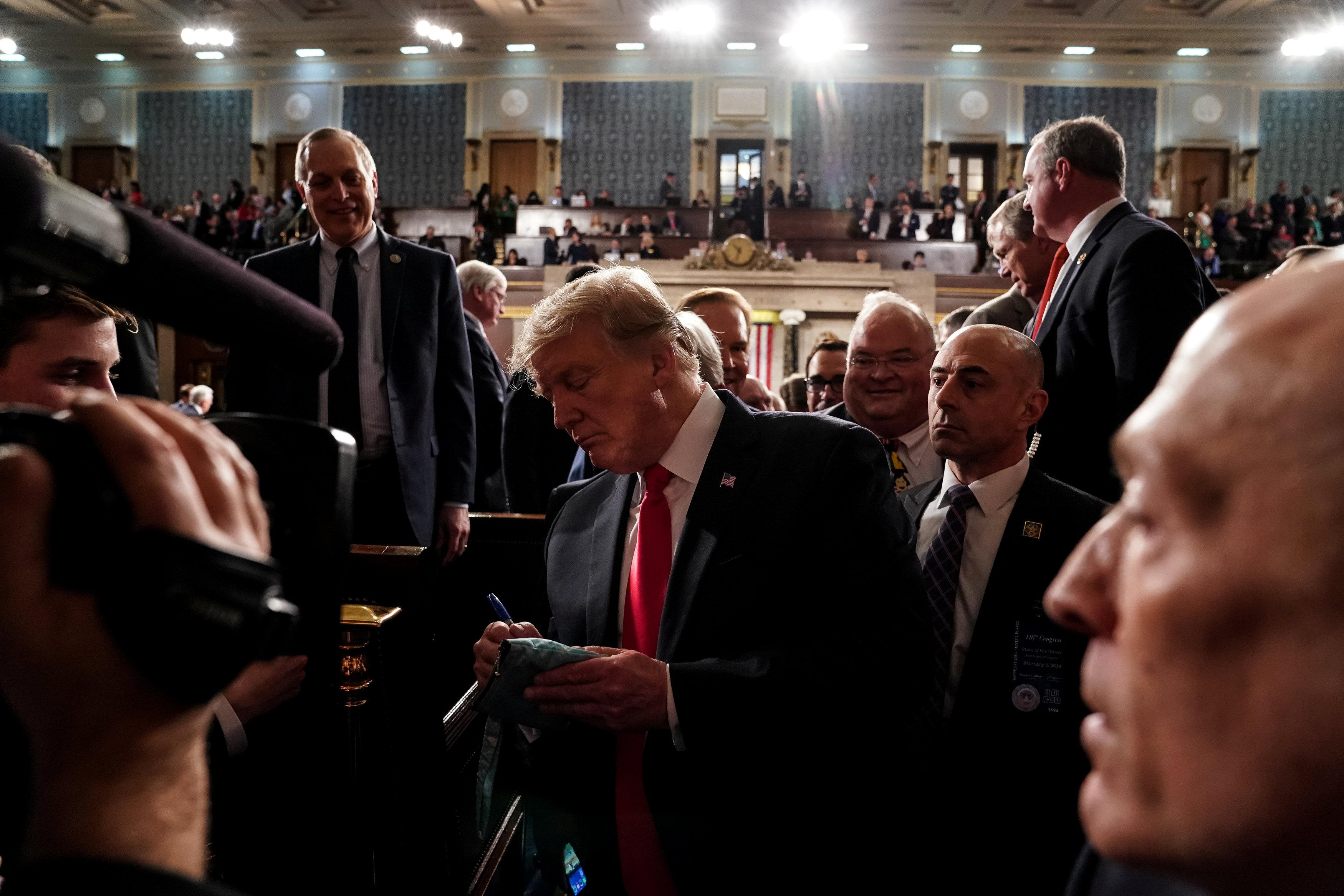 أعضاء الكونجرس يتسابقون للحصول على توقيعات الرئيس