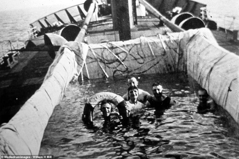 المصطافين على ظهر السفينة داخل أحواض قماش