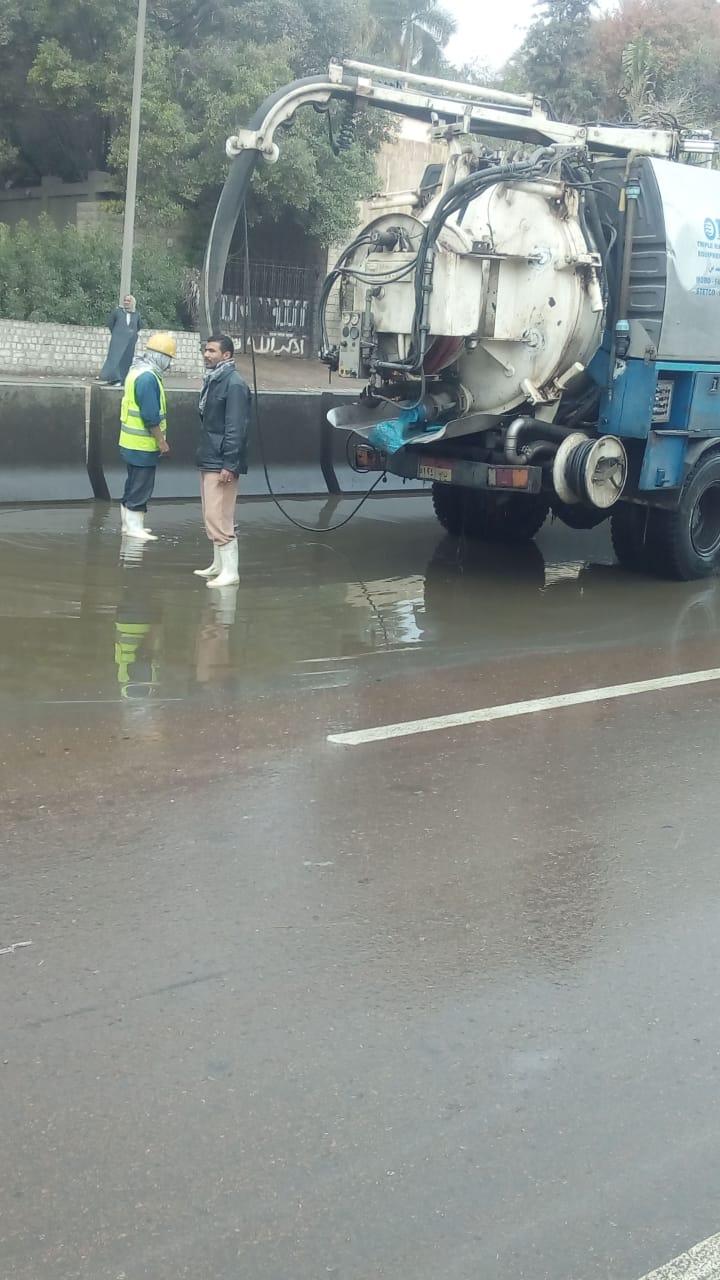 مياه الجيزه تدفع بسيارات شفط لسحب مياه الامطار من الشوارع  (5)