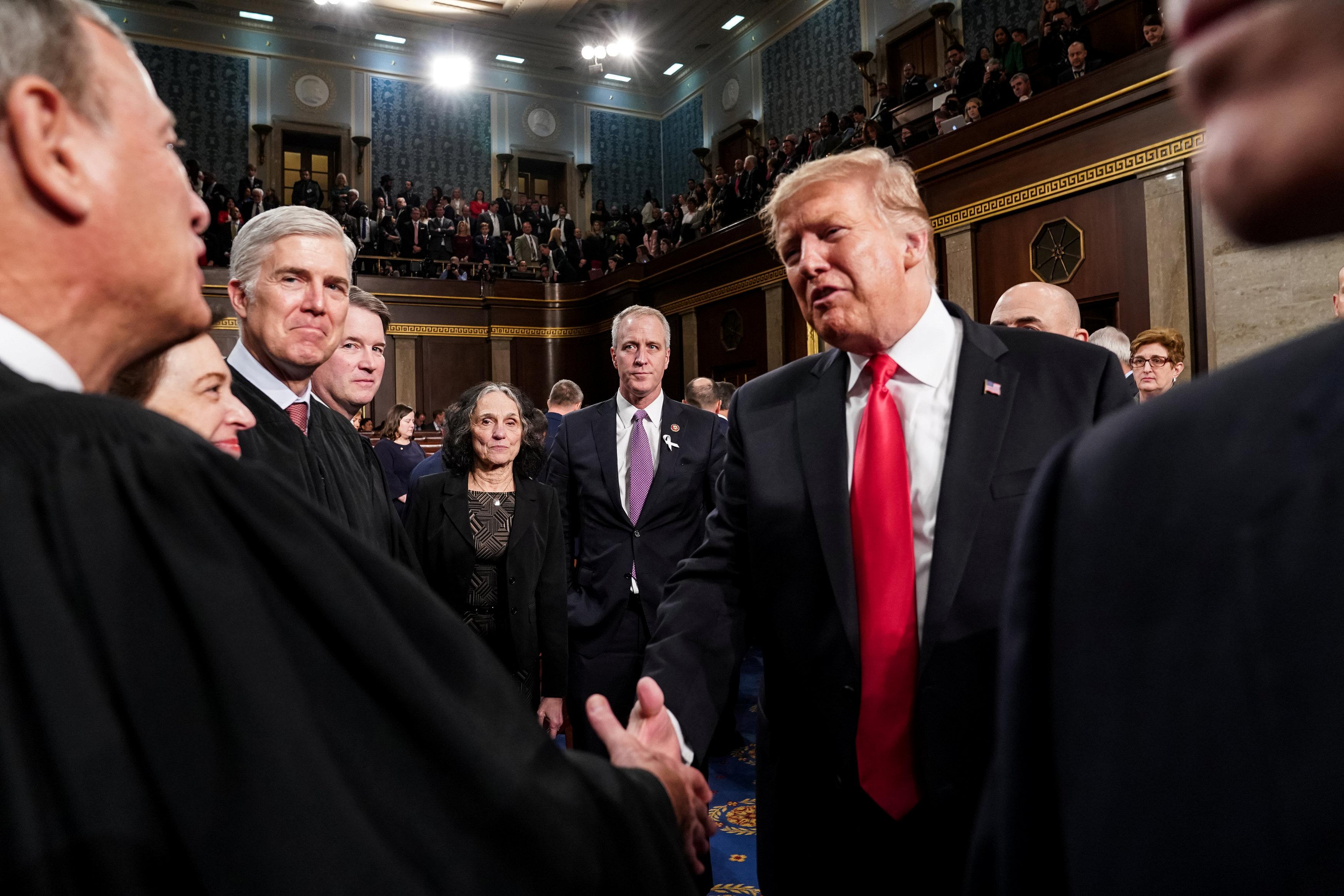 ترامب يصافح عضو بالكونجرس