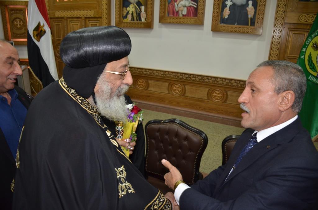 محافظ الإسماعيلية ومميش يستقبلان البابا تواضروس الثانى (6)