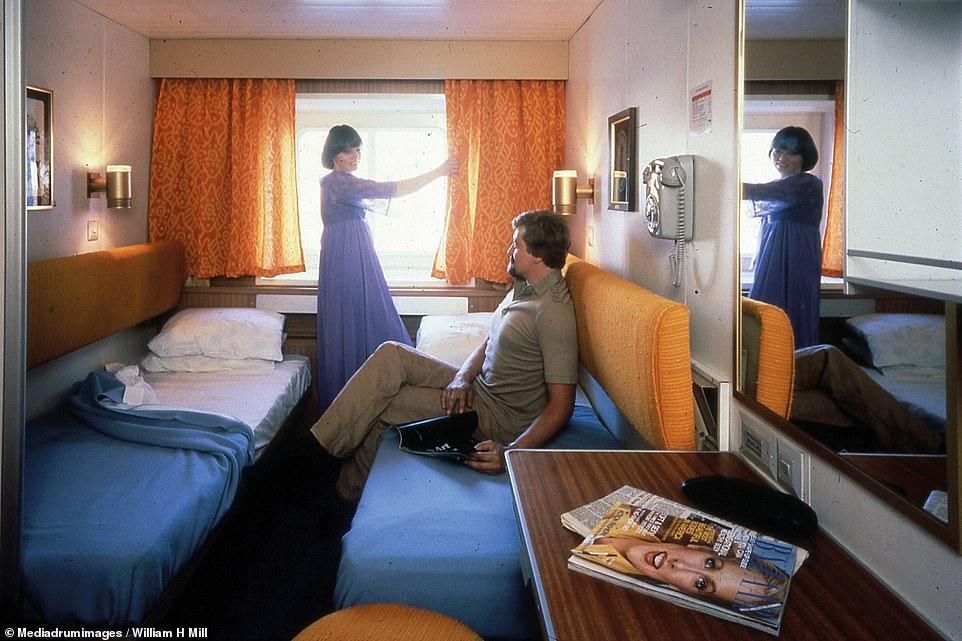 زوجين على متن سفينة صممت  الغرف بهذا الحجم  بغرض جعل المسافرون يخرون
