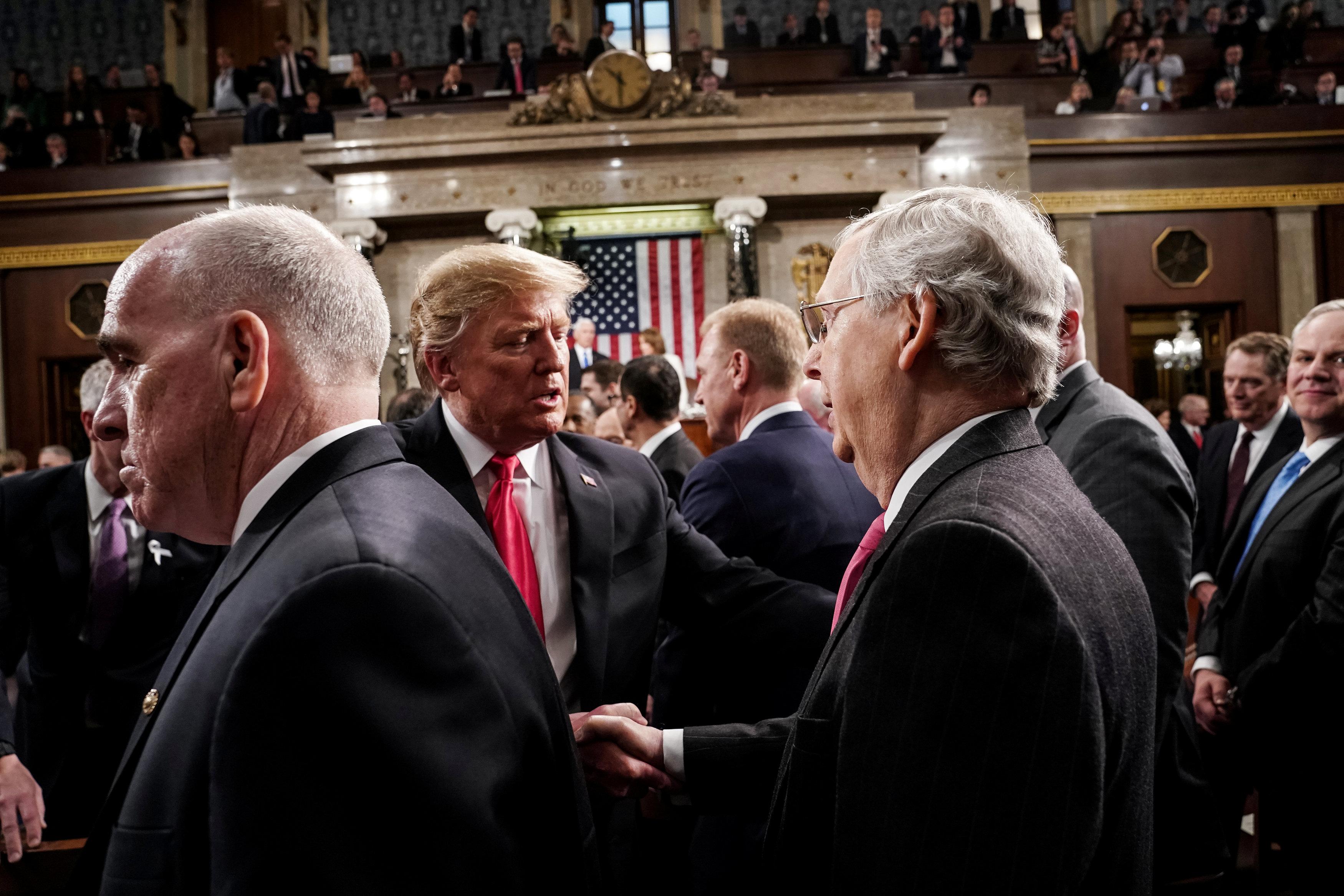 أعضاء الكونجرس يصافحون الرئيس