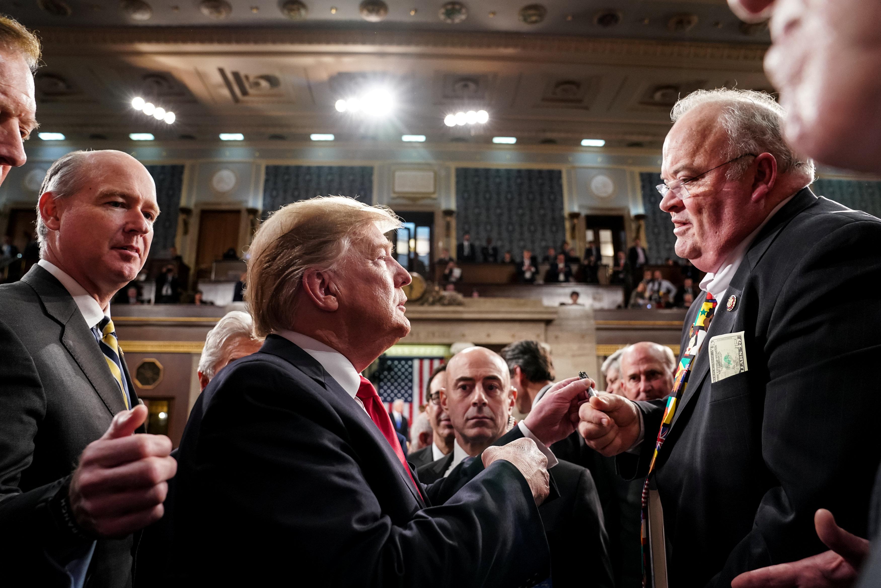 ترامب فى حديث مع أحد أعضاء الكونجرس