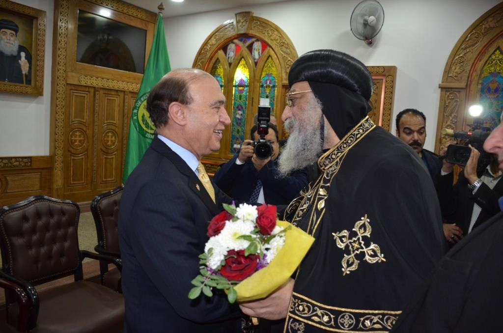 محافظ الإسماعيلية ومميش يستقبلان البابا تواضروس الثانى (5)