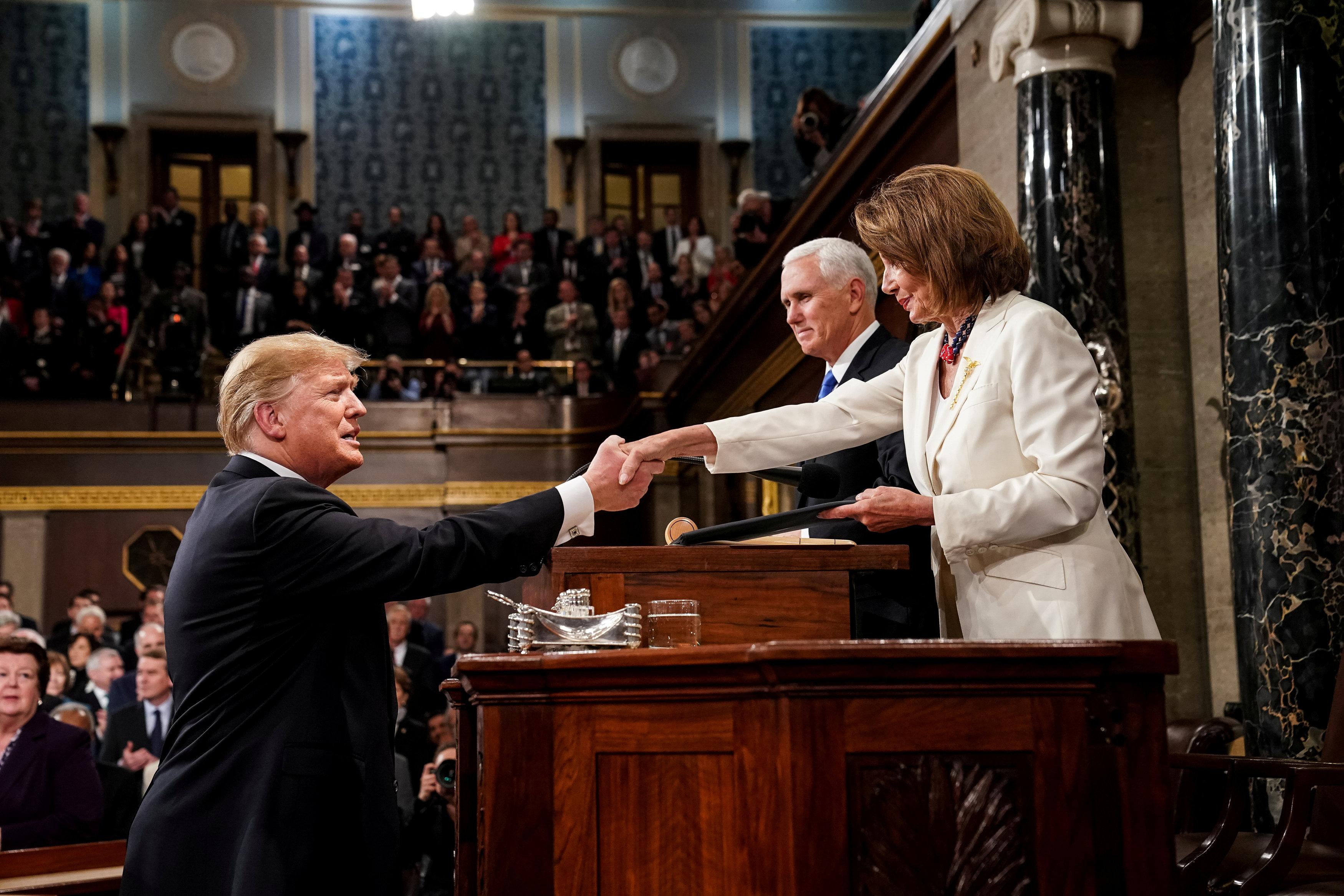 ترامب يصافح نانسى بيلوسى