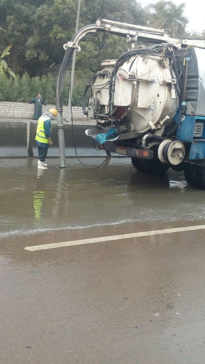مياه الجيزه تدفع بسيارات شفط لسحب مياه الامطار من الشوارع  (3)