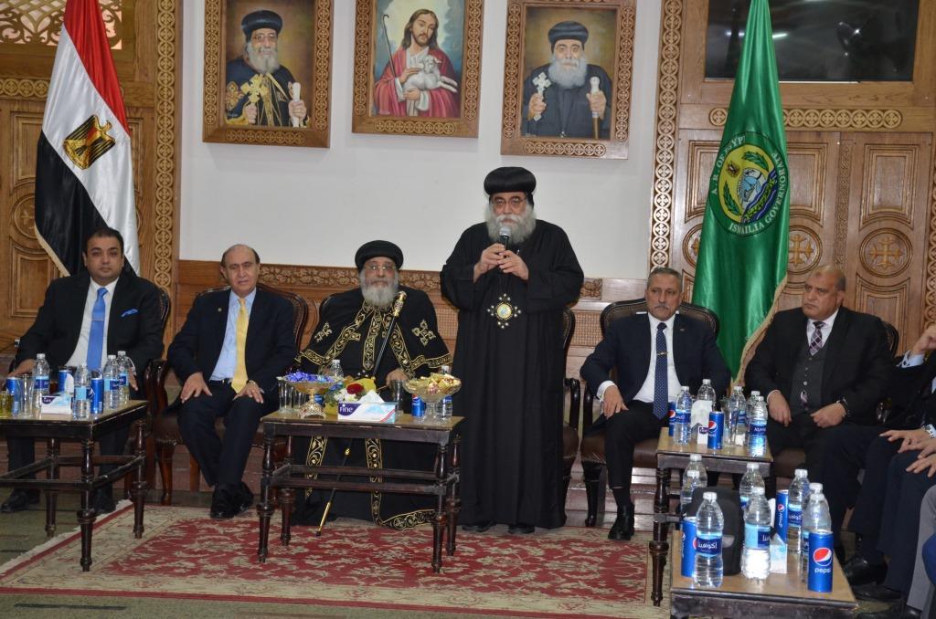 محافظ الإسماعيلية ومميش يستقبلان البابا تواضروس الثانى (8)
