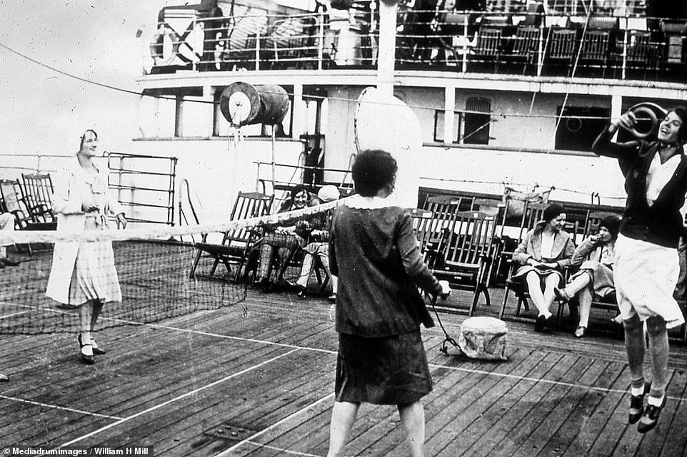 ركاب يلعبون على ظهر السفينة فى عام  1930