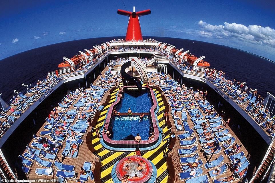 الركاب يستمتعون بالشمس على ظهر السفينة