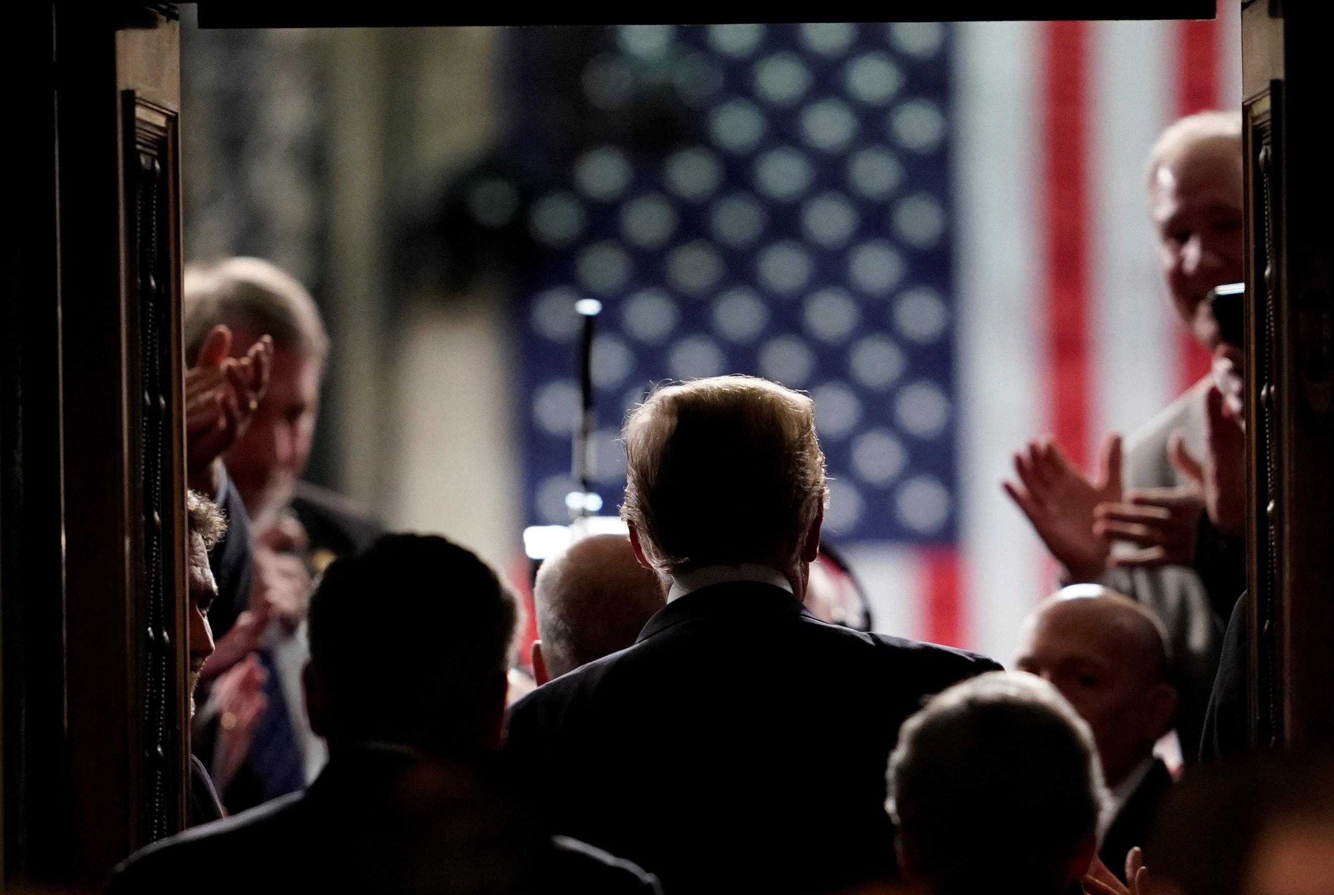 ترامب فى طريقه إلى قاعة الكونجرس وسط تصفيق من الأعضاء