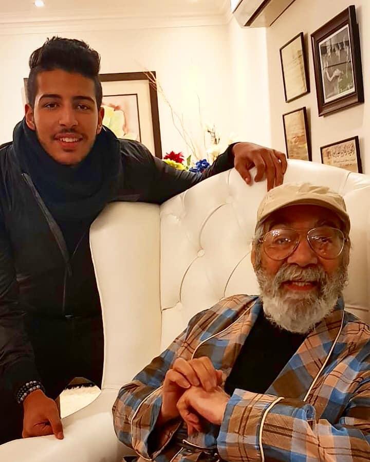 شاهد الظهور الأول للفنان الكبير محمود ياسين مع حفيده بعد غياب طويل اليوم السابع