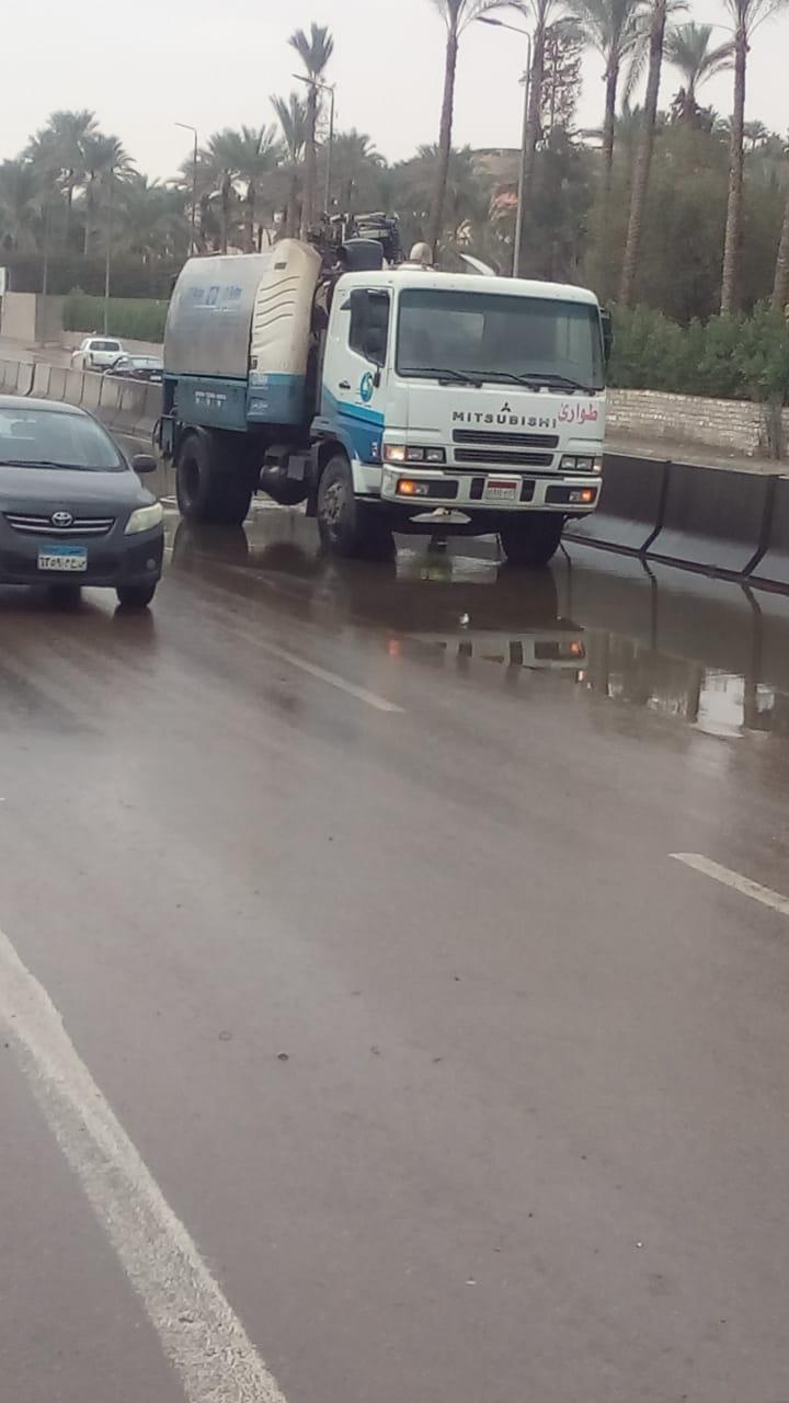 مياه الجيزه تدفع بسيارات شفط لسحب مياه الامطار من الشوارع  (2)
