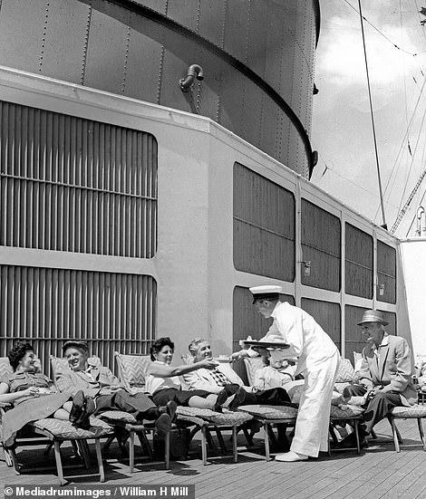 سفينة Cunard Line.. تقديم الشاى إلى الركاب