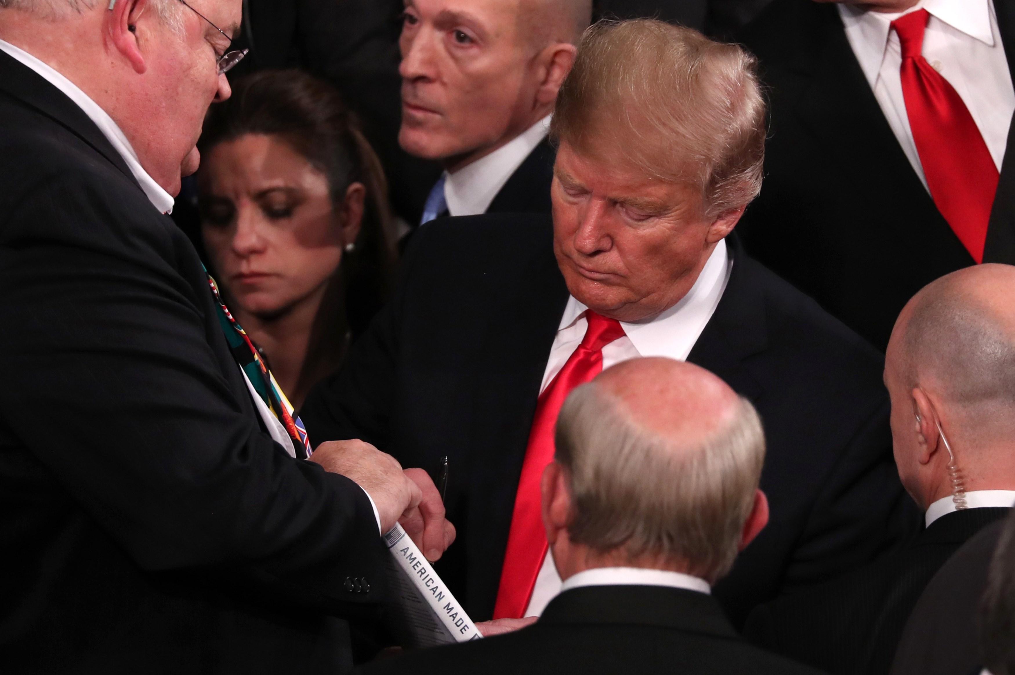 ترامب يوقع لأحد أعضاء الكونجرس