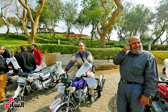 محافظ القاهرة يوزع دراجات بخارية على المعاقين بحديقة الأزهر (35)