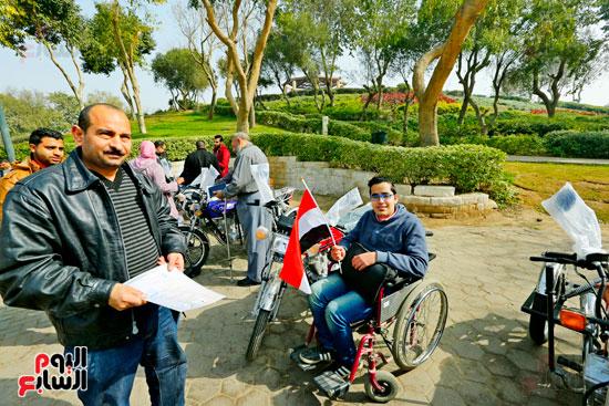 محافظ القاهرة يوزع دراجات بخارية على المعاقين بحديقة الأزهر (36)