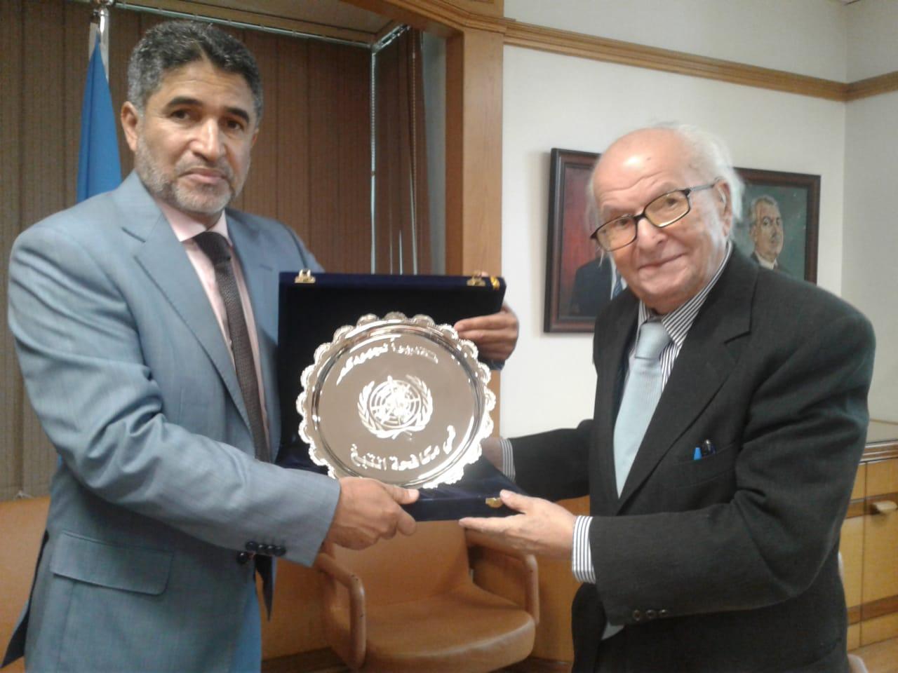 الدكتور احمد المنظرى المدير الاقليمى لشرق المتوسط اثناء تكريمه للدكتور حمدى السيد نقيب الاطباء الاسبق